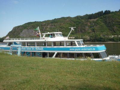 Mit dem Schiff zum Geysir