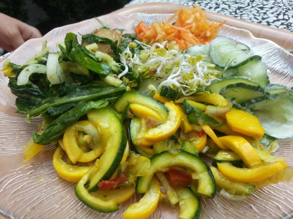 Salate vom Buffet bunt gemischt