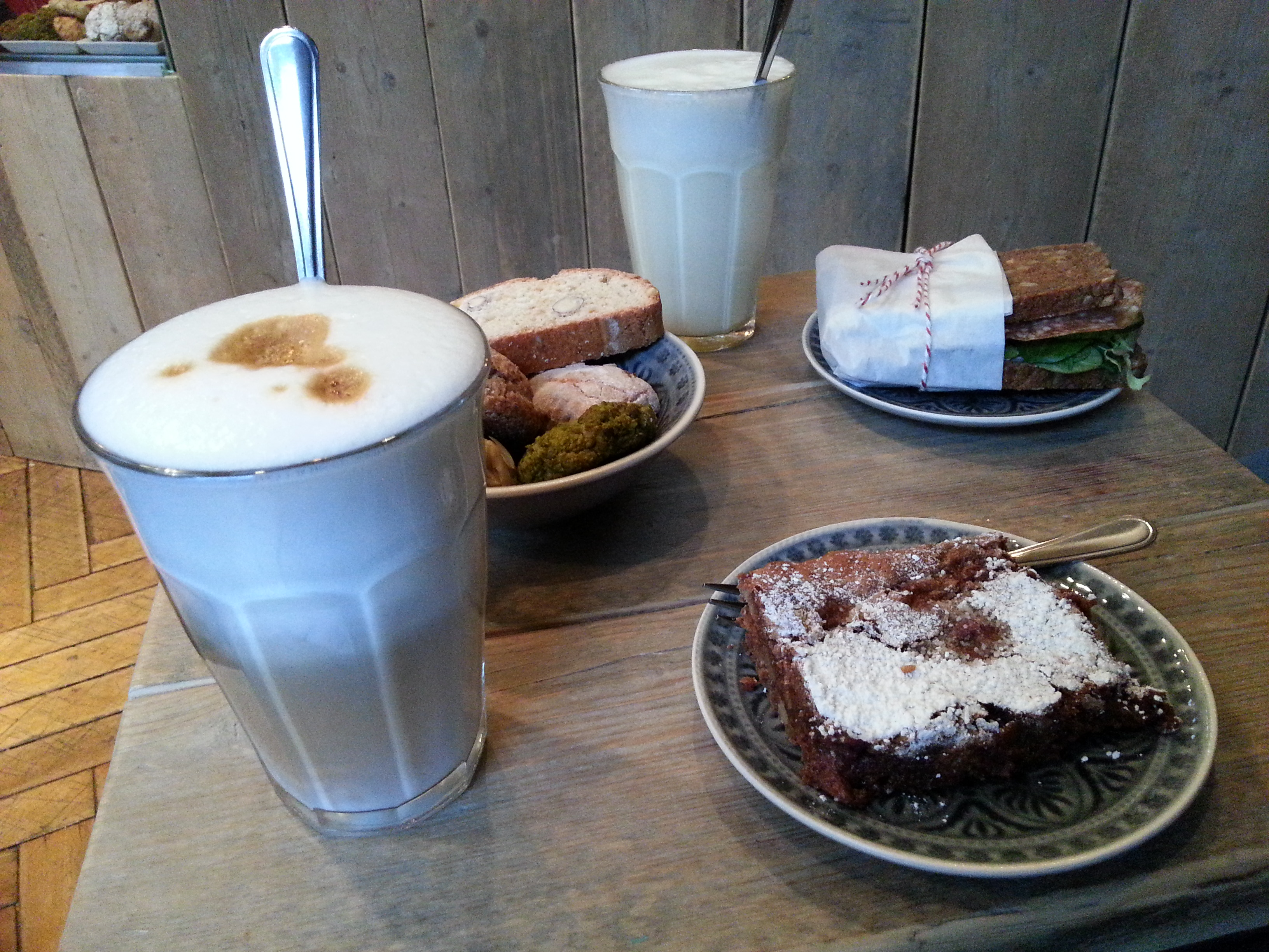 Latte Macchiato, Kekse, Sandwich und Kirschbrownies