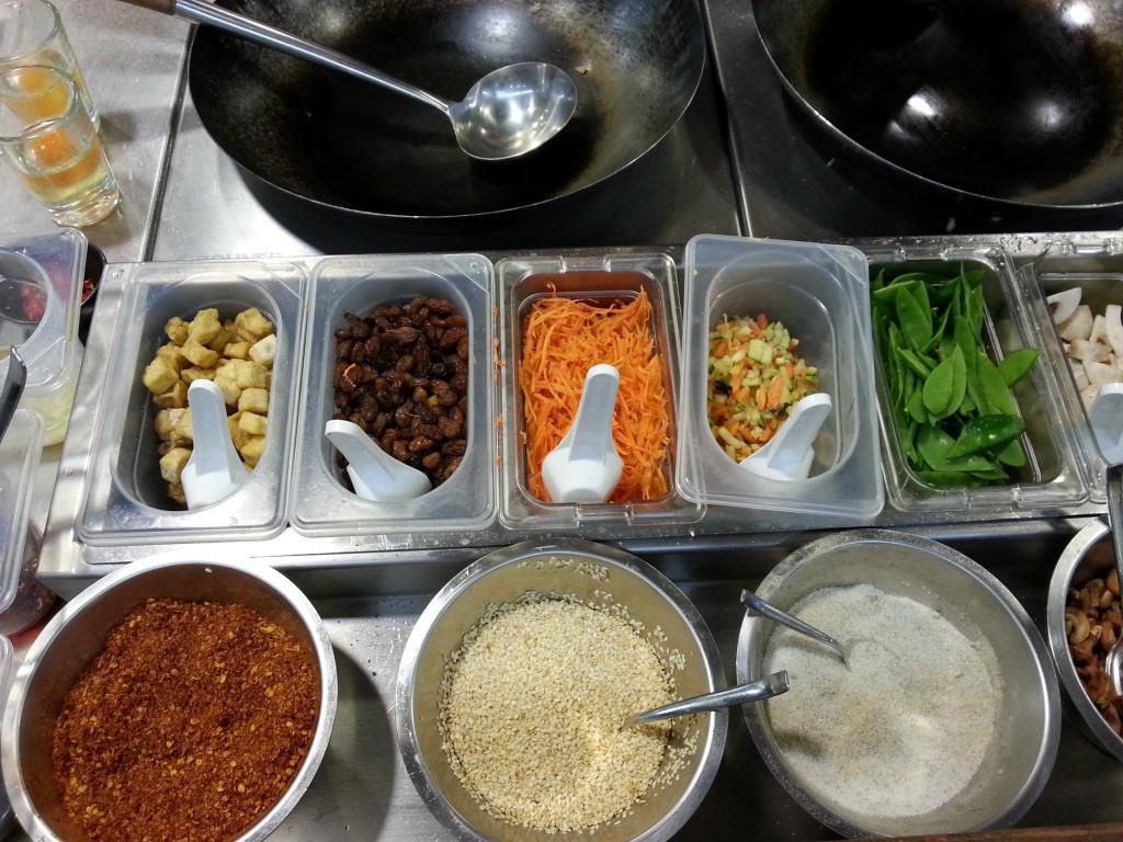 Die Zutaten für das eigene Essen kann man in der offenen Küche sehen