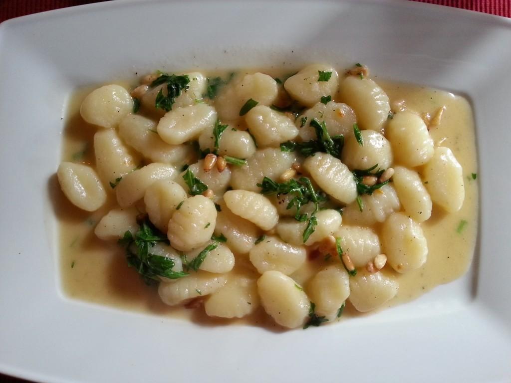 Gnocchi in Butter geschwenkt mit Rucola und Pinienkernen