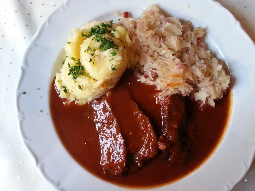 Ochsenbäckchen mit Weinsauerkraut und Kartoffelpü