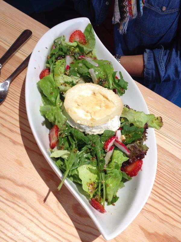 Frischer Salat mit Ziegenkäse und Erdbeeren ...