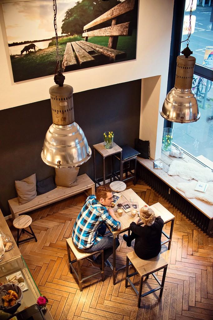 Ein Blick von oben in das kleine Café an der Haltestelle Weberstraße- Foto bei Leni Moretti Photography