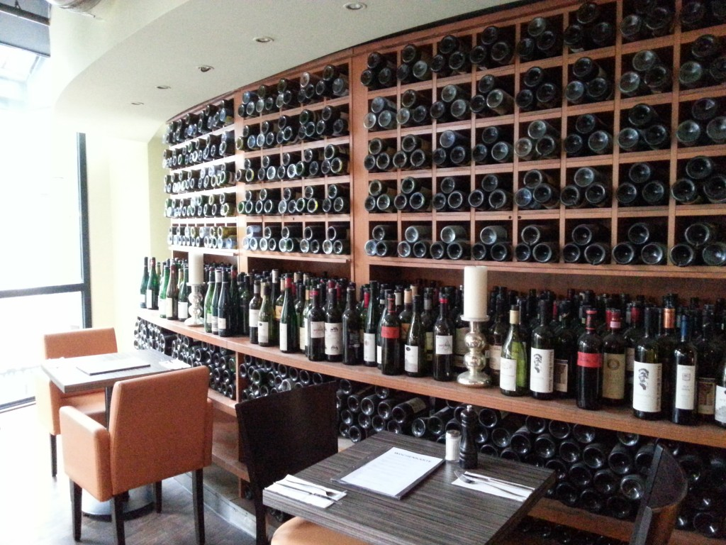 Die Tische am Weinregal oben sind dann doch etwas eher Date-geeignet :-)