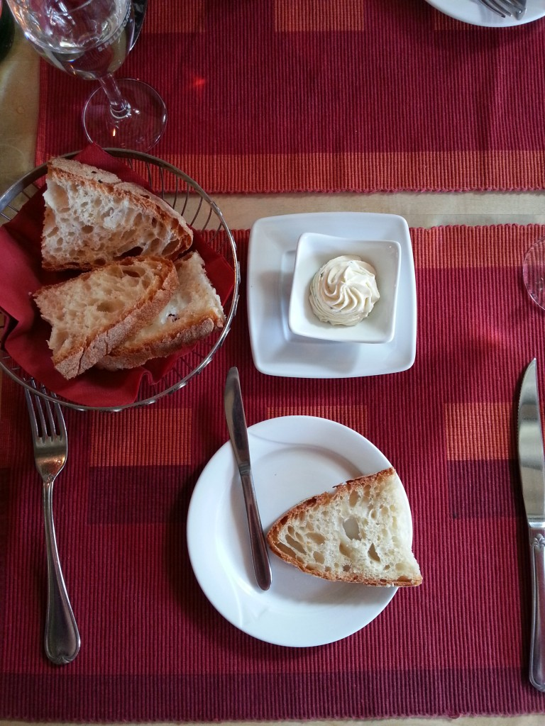 Blick von oben auf den Tisch mit Butter und Brot