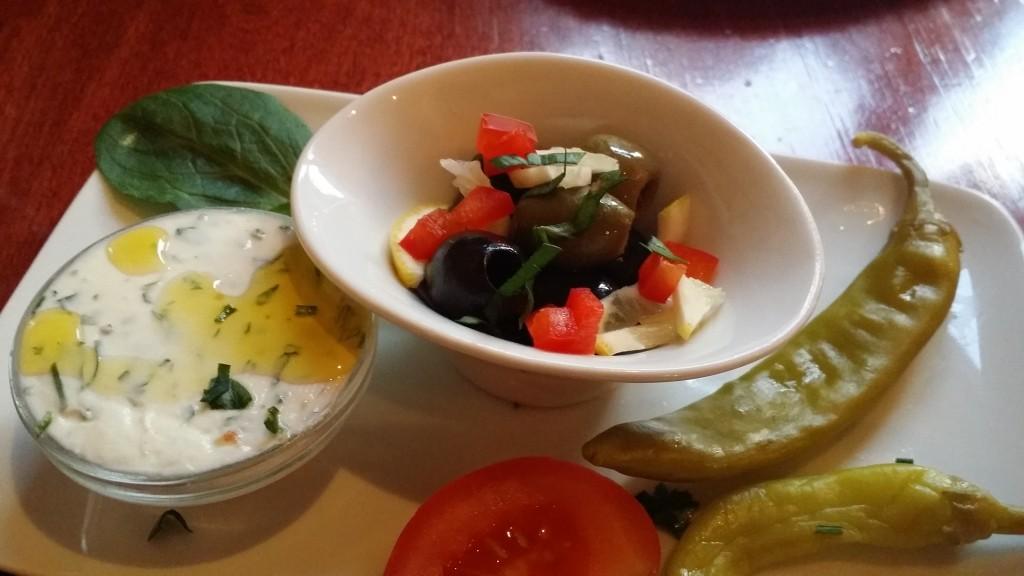 Vorab zum Brot tolle eingelegte Oliven und ein Brotaufstrich