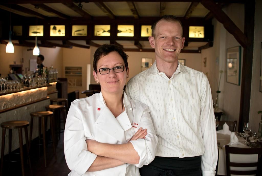 Die Küchenchefin Astrid Kuth und der Servicechef Günter Grote-Valleé. Foto von Leni Moretti Photography