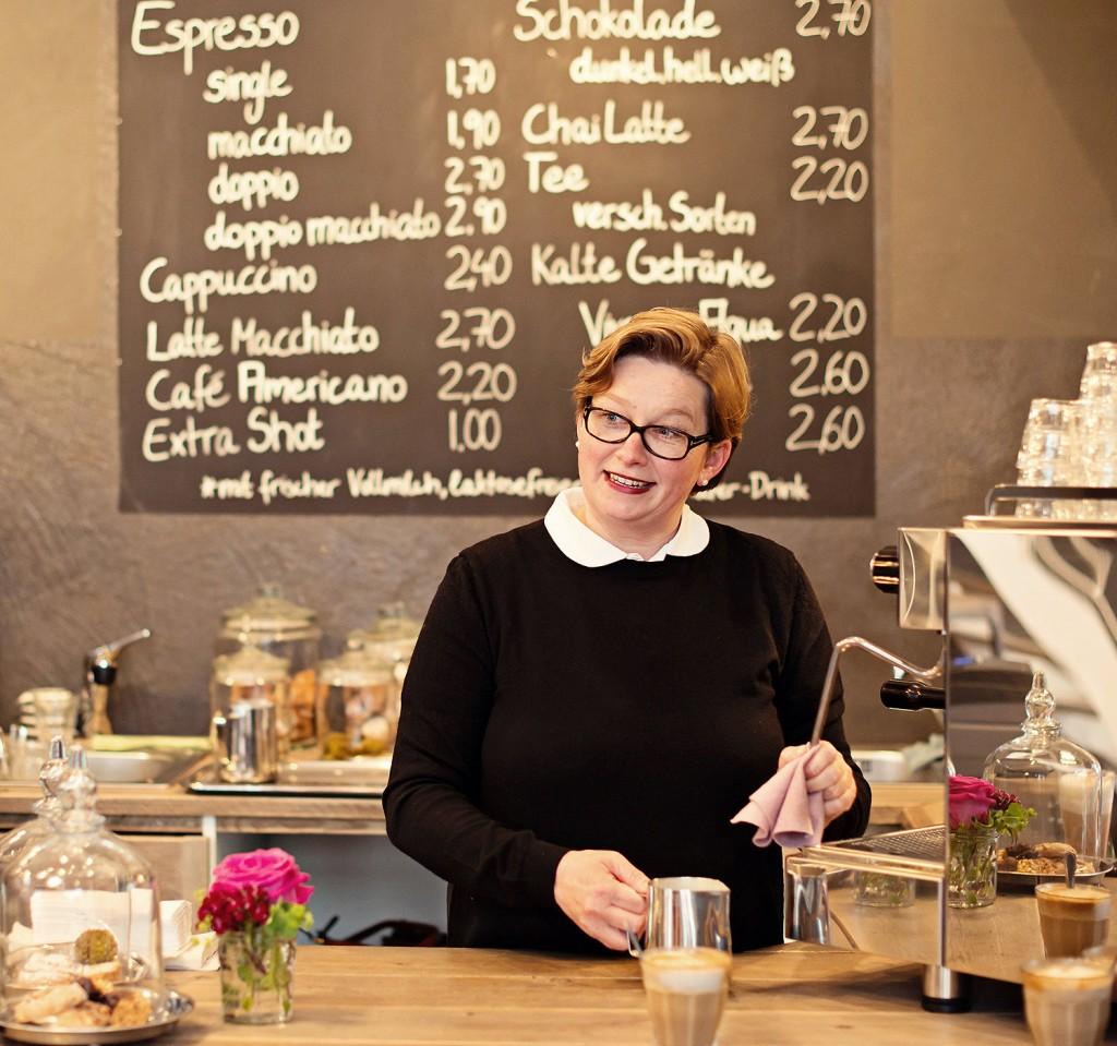 Silke in ihrem Café, immer auf der Suche nach dem perfekten Espresso - Foto bei Leni Moretti Photography